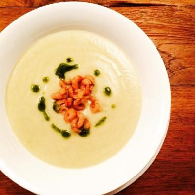 #COUNTDOWN 6 ingrediënten heb je nodig voor deze soep. Nog 6 dagen tot mijn foodblog online gaat!  De basis van deze knolselderijsoep bestaat uit knolselderij, ui, knoflook, tijm, room en bouillon. Met de topping kan je variëren en ik heb vandaag voor hollandse garnalen en pesto gekozen. Lekker kommetje comfortfood! #soep #knolselderij #ui #knoflook #tijm #room #bouillon #pesto #hollandsegarnalen #hooglandvishoorn #homemade #comfortfood #countdown #6days #foodblog #allaboutgoodfood