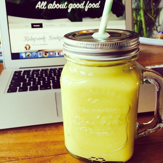 Hello there sunshine! Heerlijk dat zonnetje in huis, krijg meteen zin het voorjaar. Deze mooie gele smoothie smaakt naar het voorjaar! Zacht, zonnig en fris!  Recept binnenkort op mijn blog! #smoothie #geel #voorjaar #sunshine #lentekriebels #yellowsmoothie #healthyfood #healthylifestyle #recipesoonontheblog #allaboutgoodfood
