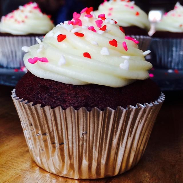 Red Velvet cupcake met Cream cheese frosting! Dit was echt heerlijk en heel feestelijk voor Sam haar partijtje! En stiekem ook een beetje voor Valentijnsdag. ❤️ recept is van @laurasbakery. Recept komt morgen online, zodat je iedere dag je Valentijn kan verassen... #valentinesday #valentijn #redvelvetcupcakes #laurasbakery #cupcake #creamcheesefrosting #foodblog