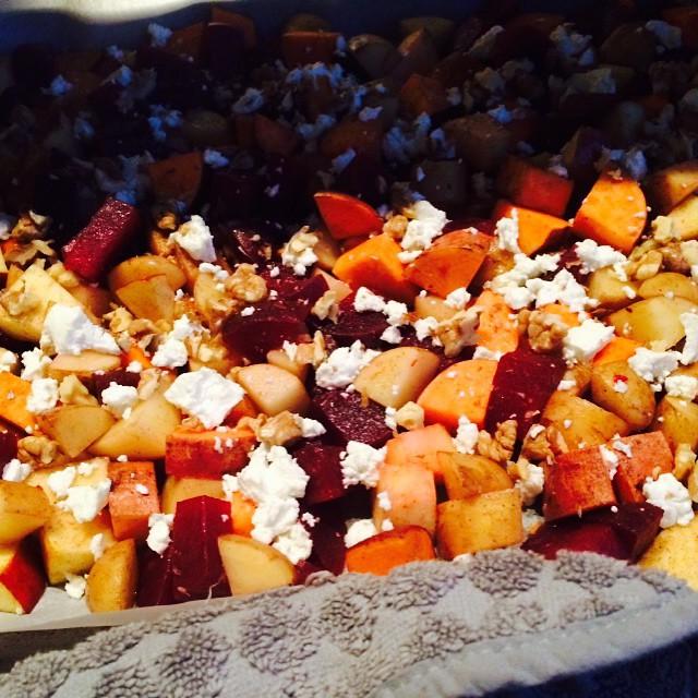 Er staat een experimentje in de oven... Aardappel, bieten, appel, geitenkaas en walnoot. Het ruikt hier zo lekker!!  Als het lukt, komt het recept snel online! #watetenwevandaag #wewv #diner #aardappel #zoeteaardappel #bieten #appel #goudreinette #geitenkaas #walnoot #groentenvandeplaat #healthyfood #healthylifestyle #foodblog #allaboutgoodfood