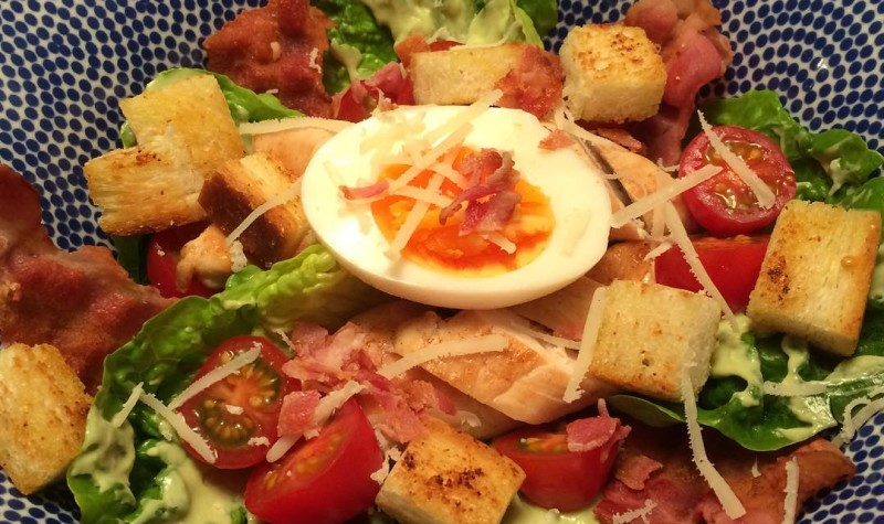 CEASAR BLT SALAD // Oh wat is dit lekker!! Frisse sla, knapperige croutons, zoute bacon, sappige kip en fluweel zachte dressing door de avocado! Recept komt dit weekend online #salad #ceasar #blt #homemade #healthyfood #recept #soononline #foodblog #allaboutgoodfood