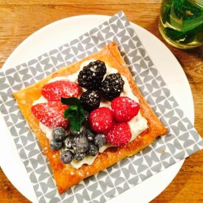 TOETJE!!  Bladerdeeg bakje met een citroen-vanilla-mascarpone mengsel met vers fruit. Binnenkort online! Te lekker om niet te delen! #toetje #dessert #nagerecht #bladerdeeg #bakje #mascarpone #vanilla #citroen #versfruit #frambozen #bramen #blauwebessen #aardbeien #versemuntthee #dinerparty #receptsoononline #foodblog #allaboutgoodfood