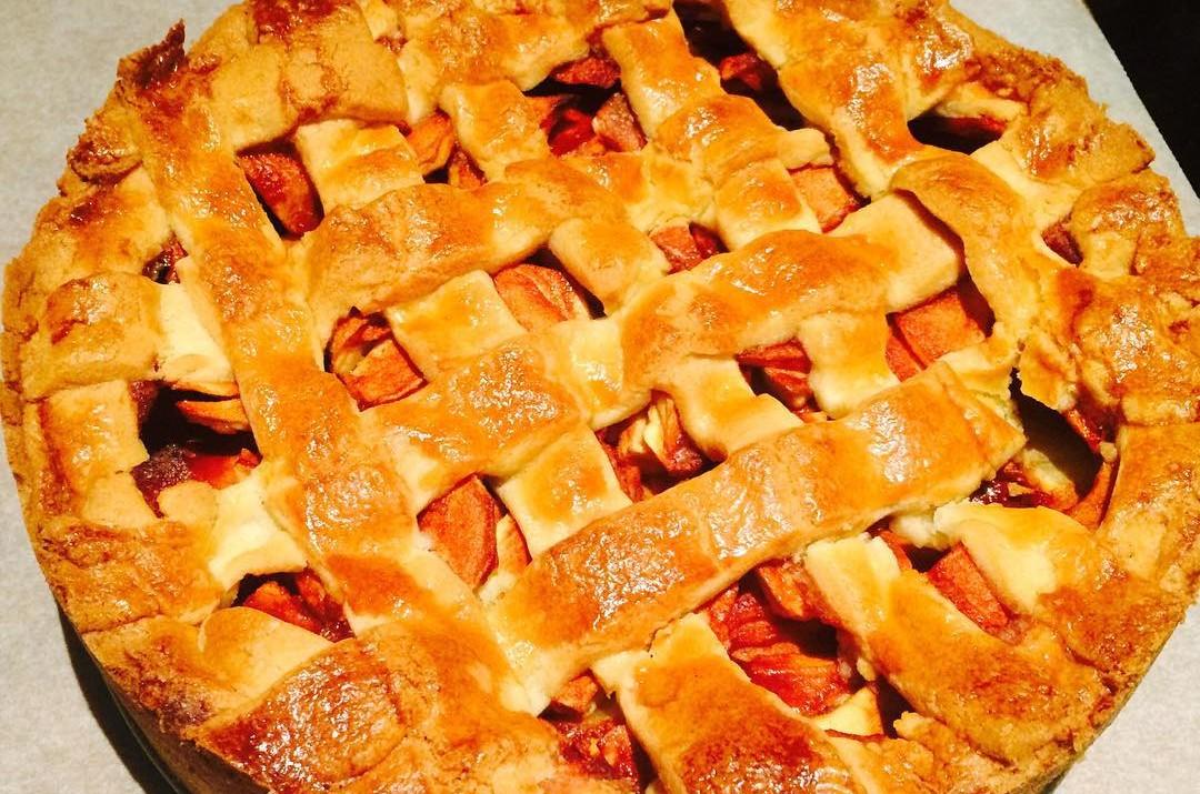 VERSE APPELTAART // Meteen de geplukte appels gebruikt om deze heerlijke appeltaart te maken. Wat ruikt het hier lekker!! De appelsoort is de Bramley Seedling. Echt erg lekkere appel om te verwerken in appeltaart door het hoge zuurgehalte. Like als je het recept wilt!  #appeltaart #appels #boomgaard #bramelyseedling #baking #homemade #recept #foodblog #allaboutgoodfood