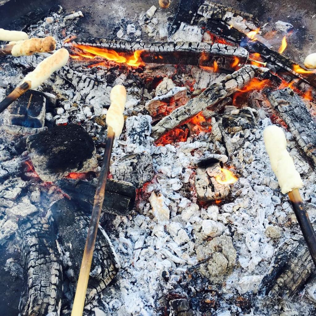KAMPVUUR  Broodjes bakken op het kampvuur Laatste avond ophellip