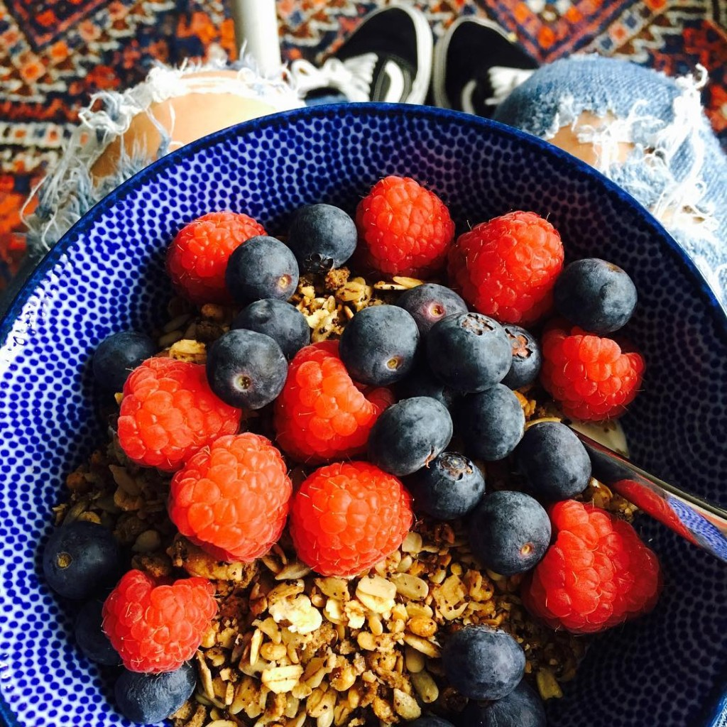 BREAKFAST BOWL  Yoghurt coffee granola frambozen en blauwe bessenhellip